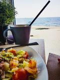 在海附近的午餐 免版税库存图片