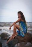 在海附近的哀伤的美丽的妇女 免版税库存图片