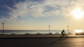 在海附近的唯一人骑马自行车在早晨;宋卡府,泰国 库存图片
