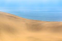 在海附近的宽沙丘 图库摄影