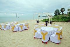 在海附近的小婚礼聚会准备有桌的,主持a 库存照片