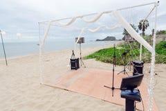 在海附近的小婚礼聚会阶段准备 免版税图库摄影