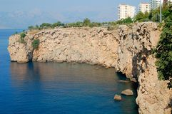 在海附近的岩石土坎 库存照片