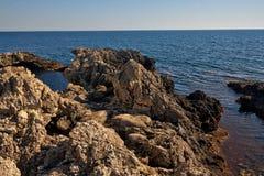 在海附近的岩石海岸 免版税库存照片