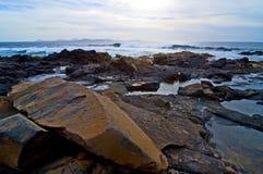 在海附近的岩石 免版税库存照片