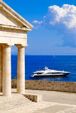 在海附近的希腊标志万神殿有游艇的 图库摄影