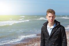 在海附近的年轻人 免版税库存照片