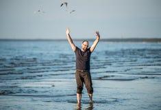 在海附近的愉快的人 免版税图库摄影