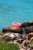 在海附近的救生圈 库存图片