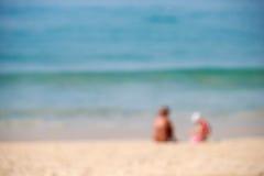 在海附近的模糊的背景人民 库存照片