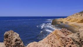 在海附近的海角有大海波浪、岩石和天空的,慢动作 股票视频