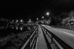 在海附近的空的街道在晚上 免版税图库摄影