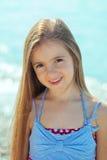 在海附近的美丽的小女孩 库存图片