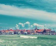 在海附近的老镇 库存图片