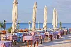 在海附近的餐馆,码头的 免版税库存照片