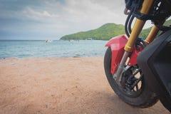 在海附近croped的摩托车 免版税库存照片