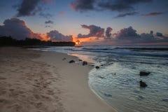 在海难海滩的日出在考艾岛 免版税库存图片