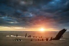 在海难的美好的剧烈的日落风景在Rhosilli B 库存图片