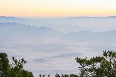 在海雾土井Luang城镇Dao的日出。 免版税库存照片
