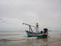 在海领带的乌贼渔船与船锚,当进来多云早晨天的波浪,有海背景时 图库摄影