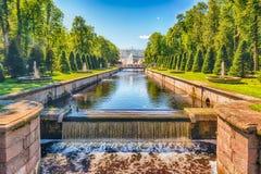在海频道在Peterhof庭院里,俄罗斯的看法 库存图片
