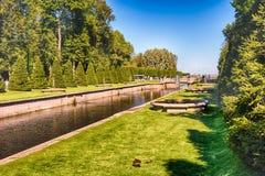 在海频道在Peterhof庭院里,俄罗斯的看法 图库摄影