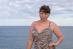 在海风景后的妇女 免版税图库摄影