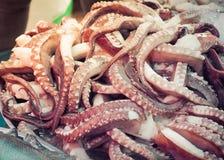 在海鲜市场上的章鱼触手 免版税库存图片