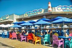 在海鲜餐馆的五颜六色的海滩睡椅 免版税图库摄影
