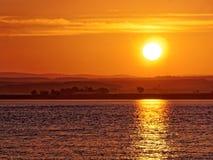 在海鳗峡湾的有薄雾的日出 库存照片