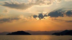 在海,海的日落风景在晚上 免版税库存照片