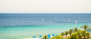 在海,罗得岛,希腊的晴朗的看法 免版税库存图片