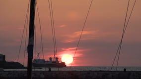 在海,美丽的红色太阳运输漂浮下来坐天际,海远航 影视素材