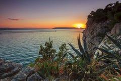 在海,马卡尔斯卡,克罗地亚的庄严日落 免版税图库摄影