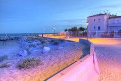 在海, Saintes Maries de la梅尔,法国, HDR附近散步 免版税图库摄影