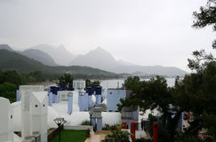 在海滩、山和屋顶的看法在雨天 免版税库存照片
