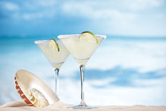 在海滩、蓝色海和天空海洋的玛格丽塔鸡尾酒 库存照片