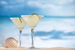 在海滩、蓝色海和天空的玛格丽塔鸡尾酒 图库摄影