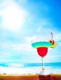 在海滩、蓝色海和天空背景的鸡尾酒 库存照片