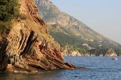在海水上的峭壁 免版税库存图片