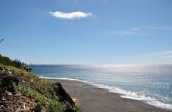 在海滩上的峭壁 免版税库存照片