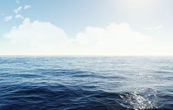 在海洋上的明亮的被覆盖的天空 图库摄影