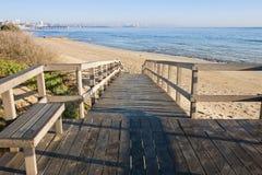 在海滩上的木走道 库存照片