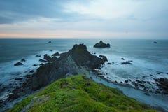 在海洋上的美丽的峭壁在日落, Patrics点, Califorinia期间 免版税图库摄影