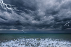 在海洋上的黑暗的风雨如磐的天空 图库摄影