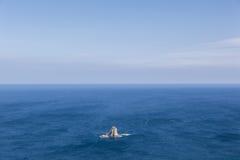 在海洋中间的偏僻的海岛 免版税库存图片