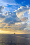 在海洋中间的近海杰克凿岩机 免版税库存照片