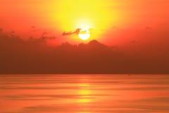 在海洋中间被设置的美好的太阳 库存图片