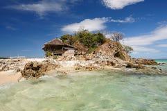 在海洋之中的小的海岛 免版税图库摄影