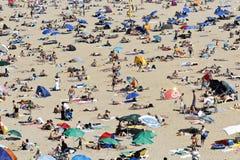 在海滩人群的发光的心脏射线 免版税库存图片